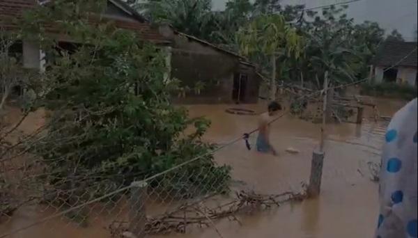 Tranh cãi hành động ném quà cứu trợ xuống nước của nhóm người từ thiện: Của cho không bằng cách cho-5