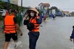 Thủy Tiên xông pha vào vùng ngập sâu ở Quảng Bình giữa trời mưa lớn