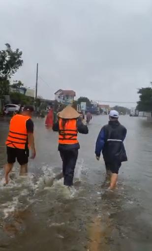 Thủy Tiên xông pha vào vùng ngập sâu ở Quảng Bình giữa trời mưa lớn-2