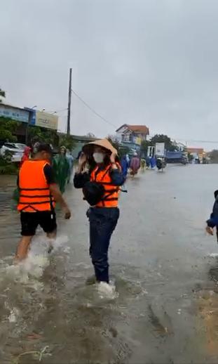 Thủy Tiên xông pha vào vùng ngập sâu ở Quảng Bình giữa trời mưa lớn-3