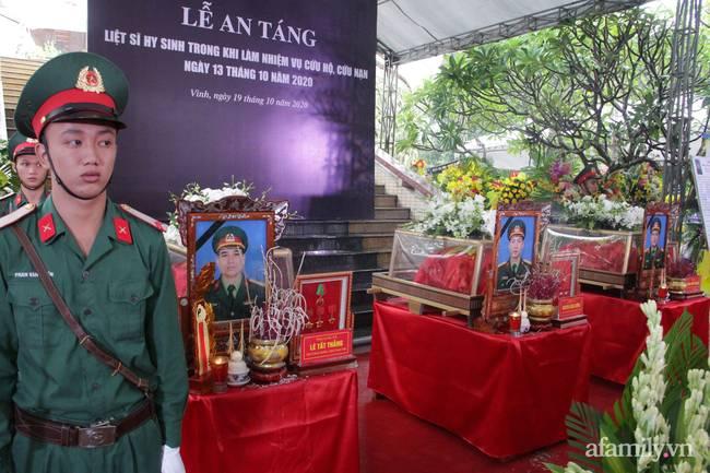 Người thân, đồng đội và hàng trăm người dân đội mưa, nghẹn ngào tiễn đưa các liệt sĩ hi sinh ở thủy điện Rào Trăng 3 về với đất mẹ-1