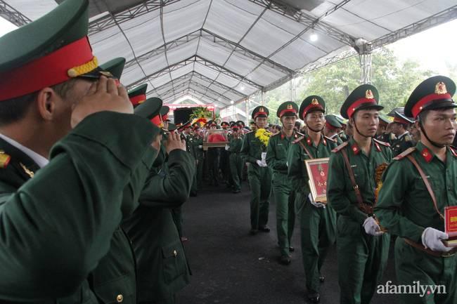 Người thân, đồng đội và hàng trăm người dân đội mưa, nghẹn ngào tiễn đưa các liệt sĩ hi sinh ở thủy điện Rào Trăng 3 về với đất mẹ-2