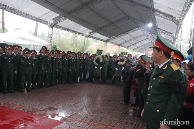 Người thân, đồng đội và hàng trăm người dân đội mưa, nghẹn ngào tiễn đưa các liệt sĩ hi sinh ở thủy điện Rào Trăng 3 về với đất mẹ-3