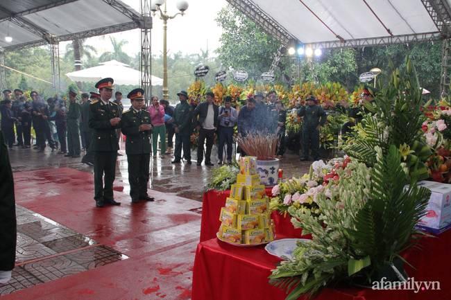 Người thân, đồng đội và hàng trăm người dân đội mưa, nghẹn ngào tiễn đưa các liệt sĩ hi sinh ở thủy điện Rào Trăng 3 về với đất mẹ-4