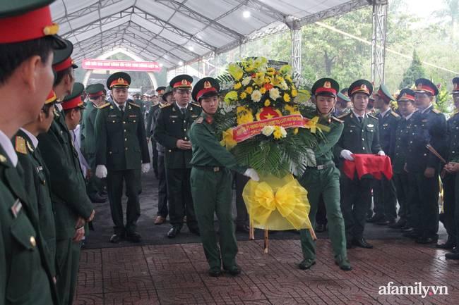 Người thân, đồng đội và hàng trăm người dân đội mưa, nghẹn ngào tiễn đưa các liệt sĩ hi sinh ở thủy điện Rào Trăng 3 về với đất mẹ-5