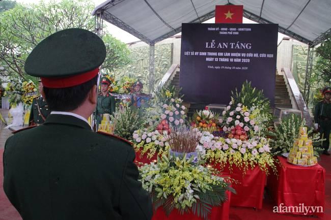 Người thân, đồng đội và hàng trăm người dân đội mưa, nghẹn ngào tiễn đưa các liệt sĩ hi sinh ở thủy điện Rào Trăng 3 về với đất mẹ-6