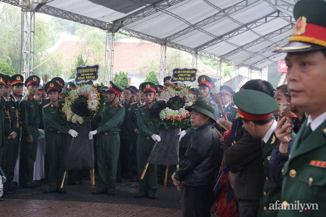 Người thân, đồng đội và hàng trăm người dân đội mưa, nghẹn ngào tiễn đưa các liệt sĩ hi sinh ở thủy điện Rào Trăng 3 về với đất mẹ-7
