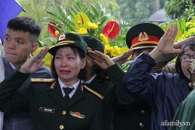 Người thân, đồng đội và hàng trăm người dân đội mưa, nghẹn ngào tiễn đưa các liệt sĩ hi sinh ở thủy điện Rào Trăng 3 về với đất mẹ-8
