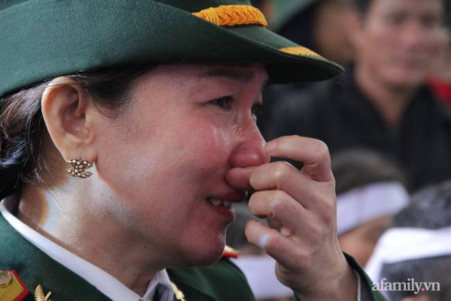 Người thân, đồng đội và hàng trăm người dân đội mưa, nghẹn ngào tiễn đưa các liệt sĩ hi sinh ở thủy điện Rào Trăng 3 về với đất mẹ-9