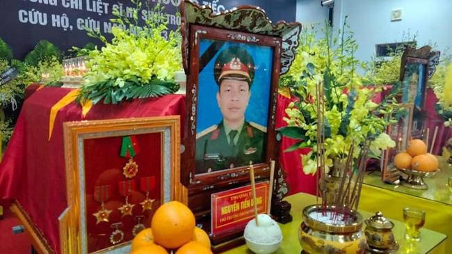 Người thân, đồng đội và hàng trăm người dân đội mưa, nghẹn ngào tiễn đưa các liệt sĩ hi sinh ở thủy điện Rào Trăng 3 về với đất mẹ-11
