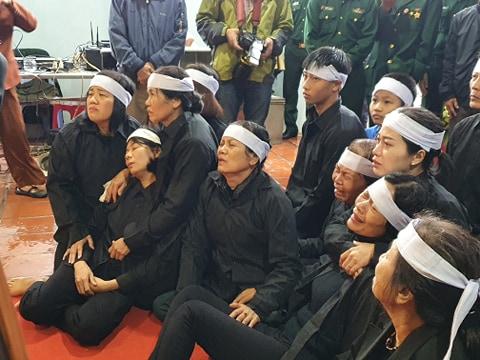 Người thân, đồng đội và hàng trăm người dân đội mưa, nghẹn ngào tiễn đưa các liệt sĩ hi sinh ở thủy điện Rào Trăng 3 về với đất mẹ-13