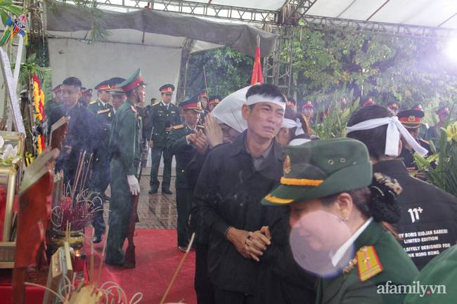 Người thân, đồng đội và hàng trăm người dân đội mưa, nghẹn ngào tiễn đưa các liệt sĩ hi sinh ở thủy điện Rào Trăng 3 về với đất mẹ-14