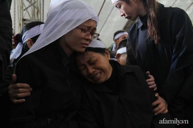 Người thân, đồng đội và hàng trăm người dân đội mưa, nghẹn ngào tiễn đưa các liệt sĩ hi sinh ở thủy điện Rào Trăng 3 về với đất mẹ-15