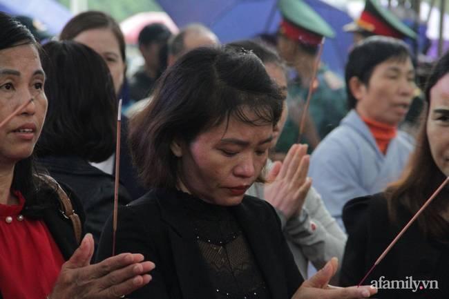 Người thân, đồng đội và hàng trăm người dân đội mưa, nghẹn ngào tiễn đưa các liệt sĩ hi sinh ở thủy điện Rào Trăng 3 về với đất mẹ-16