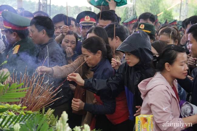 Người thân, đồng đội và hàng trăm người dân đội mưa, nghẹn ngào tiễn đưa các liệt sĩ hi sinh ở thủy điện Rào Trăng 3 về với đất mẹ-17
