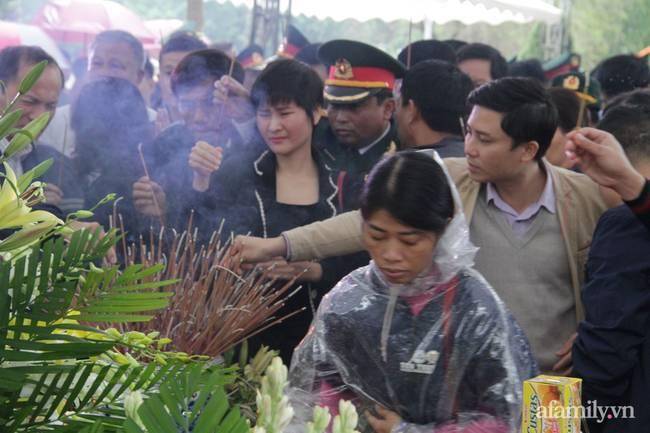 Người thân, đồng đội và hàng trăm người dân đội mưa, nghẹn ngào tiễn đưa các liệt sĩ hi sinh ở thủy điện Rào Trăng 3 về với đất mẹ-18