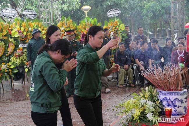 Người thân, đồng đội và hàng trăm người dân đội mưa, nghẹn ngào tiễn đưa các liệt sĩ hi sinh ở thủy điện Rào Trăng 3 về với đất mẹ-19