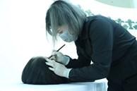 Mẹ đơn thân làm nghề trang điểm người chết: Vừa lật tấm vải, đồng nghiệp chạy không quay đầu