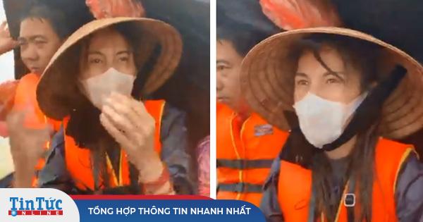 """Thủy Tiên quần áo ướt sũng lênh đênh trên """"biển nước lũ"""" ở Quảng Bình"""