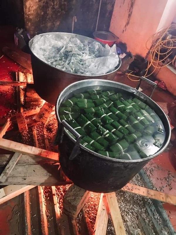 Người dân Hà Nội trắng đêm gói hàng nghìn chiếc bánh chưng tiếp tế miền Trung lũ lụt-4