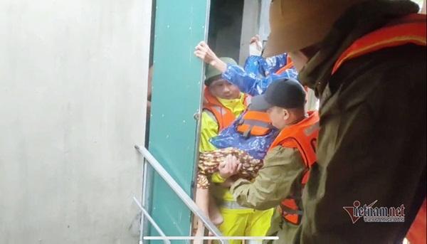 Giải cứu cụ già bị gãy cả tay, cả chân khỏi rốn lũ Quảng Bình-1