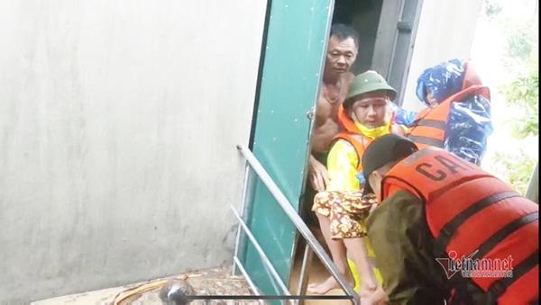 Giải cứu cụ già bị gãy cả tay, cả chân khỏi rốn lũ Quảng Bình-2