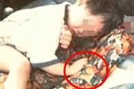 Tiếng khóc xé lòng của em bé 2 tuổi ôm chặt thi thể đẫm máu của mẹ cả đêm trong xe hơi hé lộ vở kịch hoàn hảo của gã chồng tệ bạc