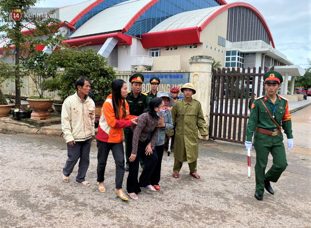 Nước mắt người vợ chiến sĩ hy sinh ở Sư Đoàn 337: Giờ anh mất, muốn đưa thi thể về nhà cũng không được vì quê Quảng Bình vẫn còn ngập lụt-4