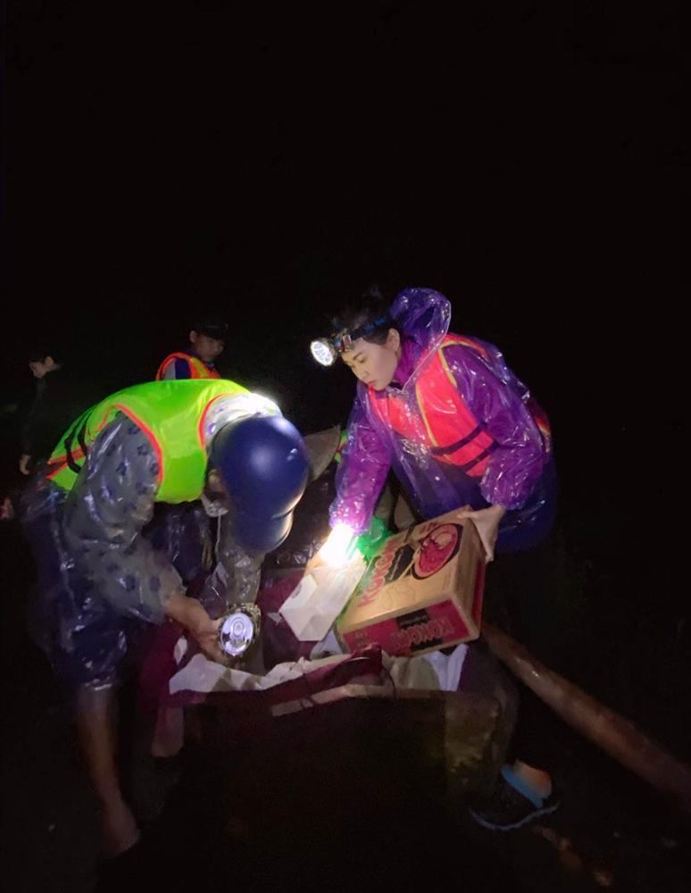Những phụ nữ nửa đêm vào vùng lũ: 'Chúng tôi dành 20/10 cho miền Trung'-3