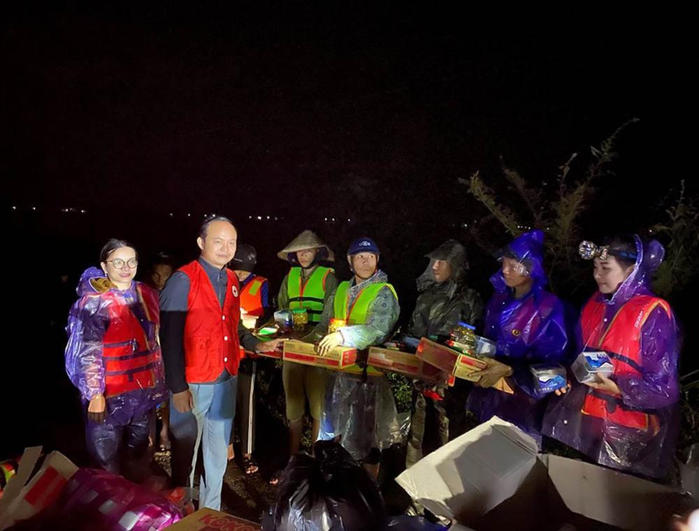 Những phụ nữ nửa đêm vào vùng lũ: 'Chúng tôi dành 20/10 cho miền Trung'-4