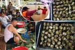 Người dân nhiều tỉnh thành chung tay gói hàng ngàn chiếc bánh chưng, bánh tét cứu trợ 'khúc ruột' miền Trung