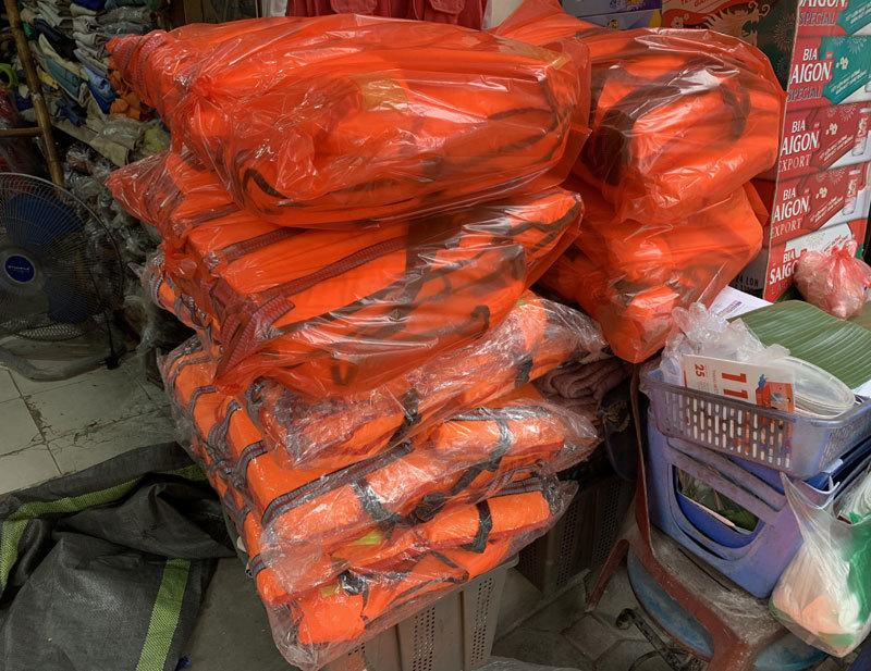 Miền trung lũ lớn, áo phao cứu sinh 'cháy hàng' ở Hà Nội-1