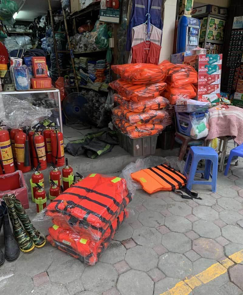 Miền trung lũ lớn, áo phao cứu sinh 'cháy hàng' ở Hà Nội-2