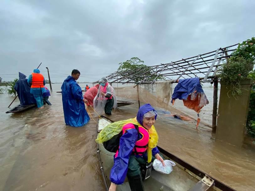 Mẹ Hồ Ngọc Hà 63 tuổi vẫn ngồi xuồng, lội nước đi cứu trợ từng nhà ở vùng ngập sâu Quảng Trị-1