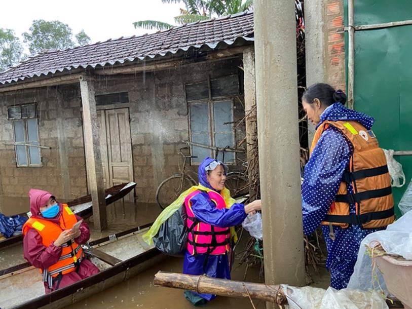 Mẹ Hồ Ngọc Hà 63 tuổi vẫn ngồi xuồng, lội nước đi cứu trợ từng nhà ở vùng ngập sâu Quảng Trị-2