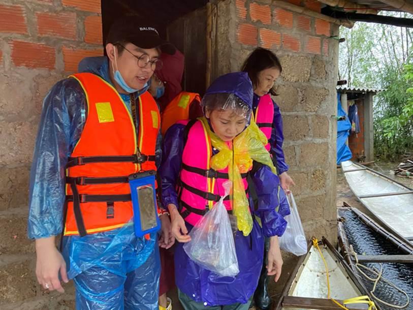 Mẹ Hồ Ngọc Hà 63 tuổi vẫn ngồi xuồng, lội nước đi cứu trợ từng nhà ở vùng ngập sâu Quảng Trị-3