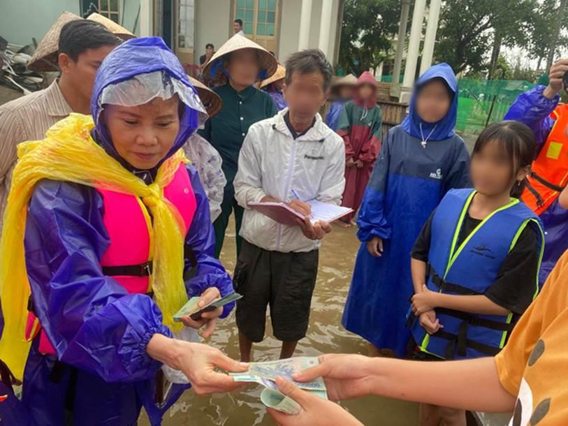 Mẹ Hồ Ngọc Hà 63 tuổi vẫn ngồi xuồng, lội nước đi cứu trợ từng nhà ở vùng ngập sâu Quảng Trị-4