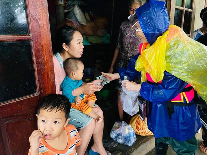 Mẹ Hồ Ngọc Hà 63 tuổi vẫn ngồi xuồng, lội nước đi cứu trợ từng nhà ở vùng ngập sâu Quảng Trị-5