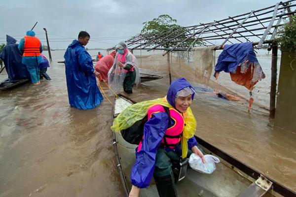 Mẹ Hồ Ngọc Hà 63 tuổi vẫn ngồi xuồng, lội nước đi cứu trợ  vùng lũ