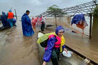 Mẹ Hồ Ngọc Hà 63 tuổi vẫn ngồi xuồng, lội nước đi cứu trợ từng nhà ở vùng ngập sâu Quảng Trị