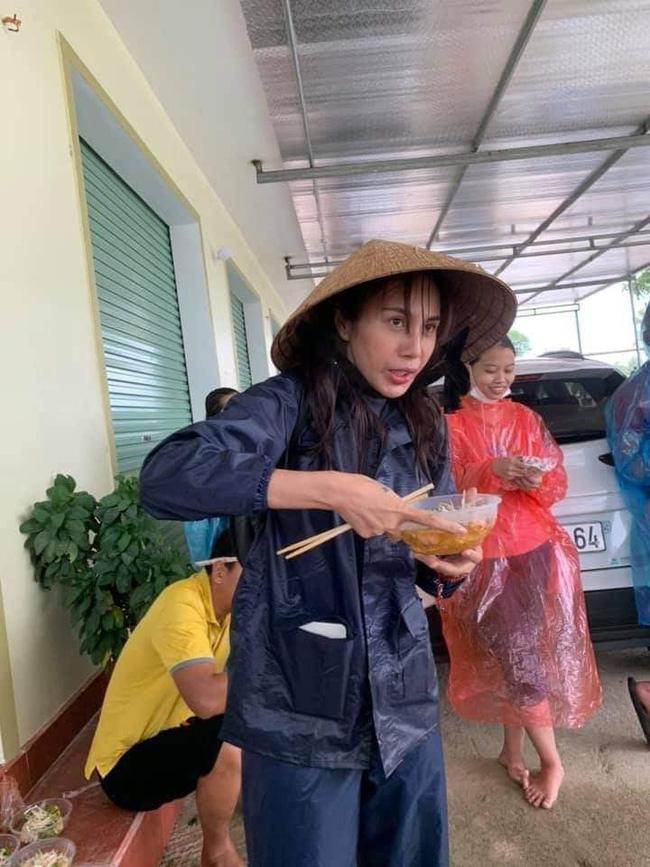 Hình ảnh Thủy Tiên mặt bơ phờ đứng ăn vội bữa lót dạ khi đi cứu trợ gây xôn xao-1