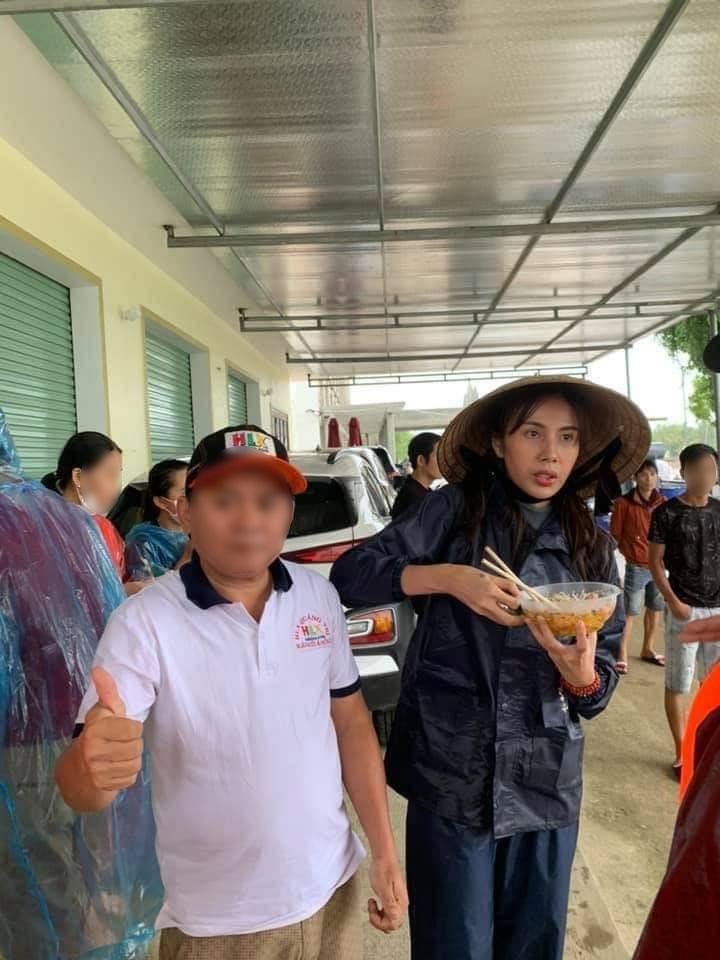 Hình ảnh Thủy Tiên mặt bơ phờ đứng ăn vội bữa lót dạ khi đi cứu trợ gây xôn xao-3