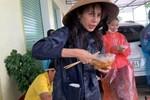 Chiến sĩ biên phòng gặp nguy hiểm khi đi cứu trợ đồ ăn cho người dân vùng lũ ở Quảng Bình-4
