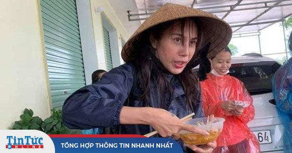 Hình ảnh Thủy Tiên mặt bơ phờ đứng ăn vội bữa lót dạ khi đi cứu trợ