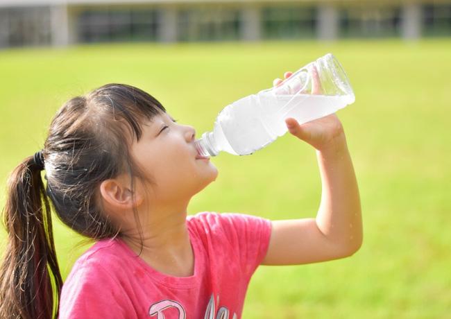 Bé gái 10 tuổi đã xuất hiện kinh nguyệt, vừa nhìn chai nước mà cô bé uống mỗi ngày bác sĩ đã hiểu nguyên nhân-1