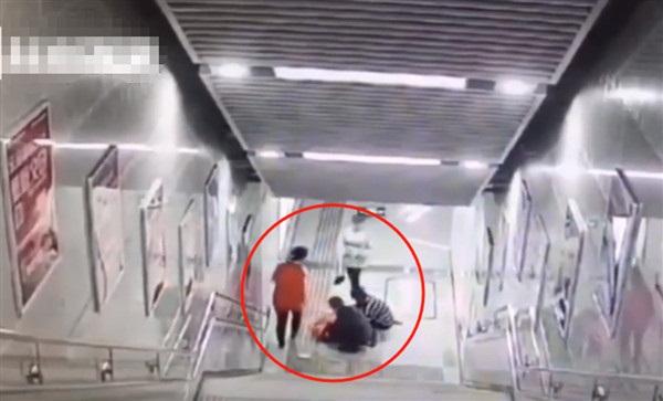 Mải mê chơi điện thoại, cô gái trượt hơn 20 bậc thang rồi đập đầu xuống đất, đoạn clip ghi lại hình ảnh ấy khiến ai nhìn cũng sợ-1