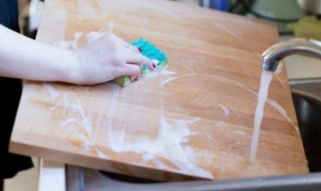 Thớt rất bẩn, không thể rửa sạch bằng nước, học cách này, thớt sạch trong 5 phút chẳng bị mốc-1