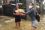 Thuỷ Tiên lộ phần chân bị nước ăn đến nổi ghẻ sau nhiều ngày lội nước, xem clip mà fan xót xa