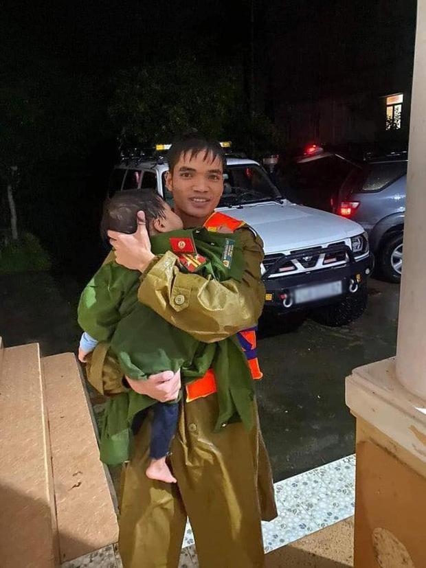 Khoảnh khắc chiến sĩ công an bế bé gái gãy tay vội vã lên ô tô tới bệnh viện trong cơn mưa lũ Quảng Bình gây xúc động-2