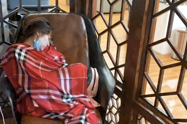 Hoà Minzy thức trắng 2 đêm liền để cứu trợ bà con